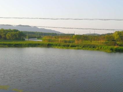 句容市沪宁高速出口附近,公路边的旱地,河道边